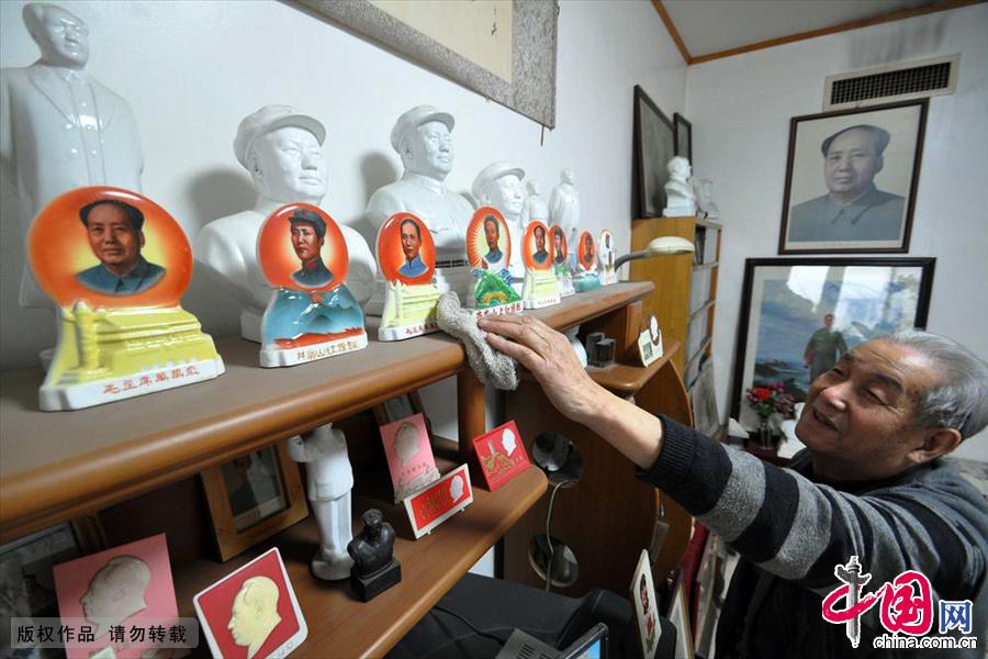 """12月18日,河北省邯郸市市民王连增在家中的""""聚东阁""""擦拭他的收藏展柜。中国网图片库 郝群英/摄"""