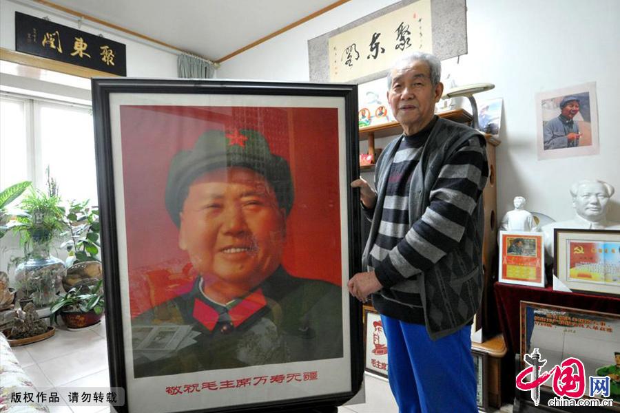 12月18日,河北省邯郸市市民王连增展示他收藏的巨幅毛主席像《笑眯眯》。中国网图片库 郝群英/摄