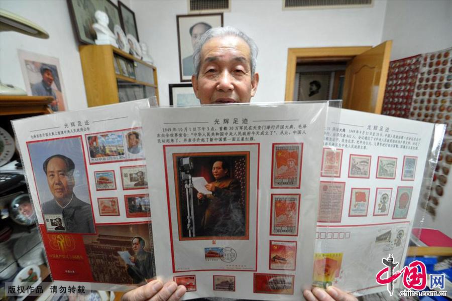 12月18日,河北省邯郸市市民王连增展示他收藏的关于毛主席的邮票。中国网图片库 郝群英/摄