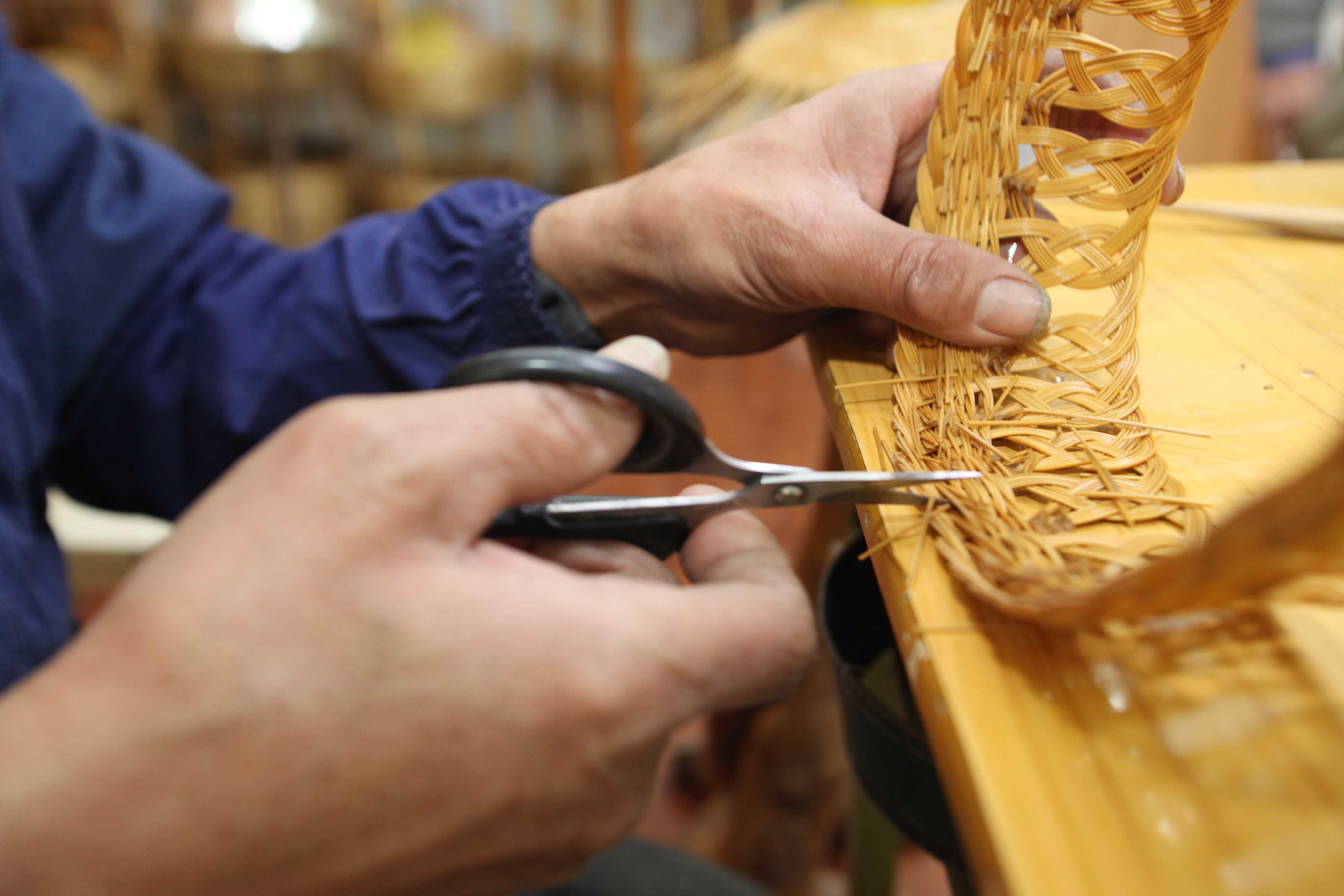一顶普通的平纹草帽,编织完成只需一天多的时间,带有简易粗线条图案的