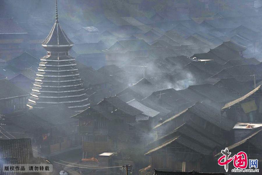 贵州省黎平县双江乡黄岗村鼓楼与吊脚楼沐浴在晨光中。中国网图片库 赖鑫琳/摄