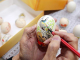 81歲老人創作蛋殼上的藝術[組圖]