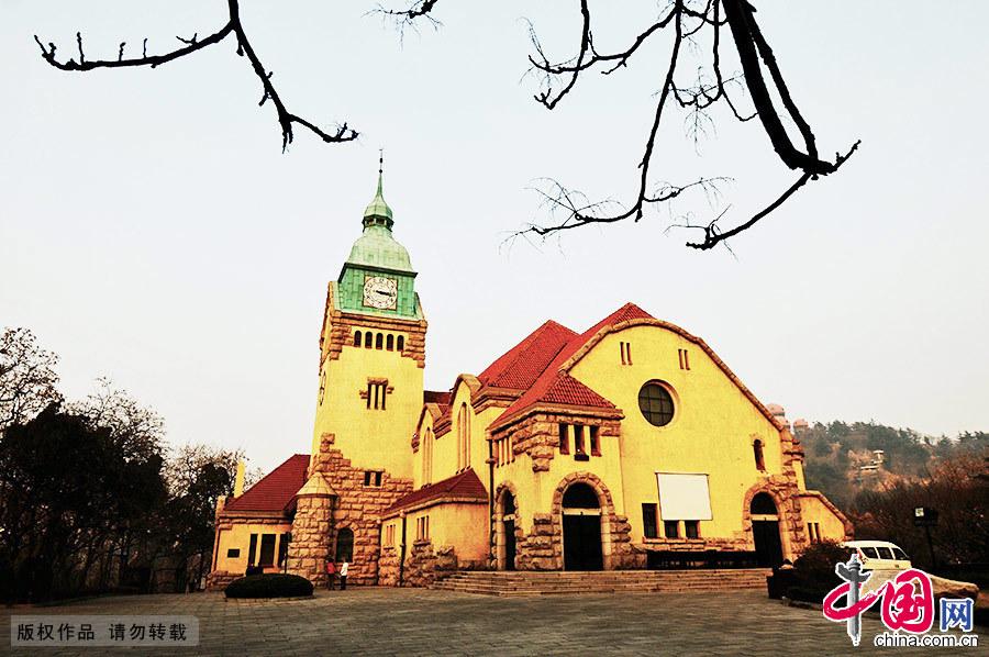江苏路基督教堂是青岛的一座基督教教堂,这幢中世纪古堡风格的优美建筑,是青岛最具有代表性的德国建筑之一。中国网图片库 王海滨/摄