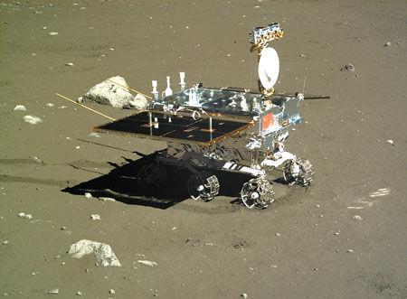 日前,中科院首次公佈通過降落相機、地形地貌相機等載荷拍攝的第一月晝期的照片。地形地貌相機拍攝的巡視器側面圖像;