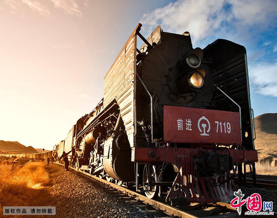 蒸汽机车的出现使人类加快了进入工业时代的脚步,并成为这个时代文化和社会进步的重要标志和关键工具。而如今,这划时代的标志已悄然失去,蒸汽机车已逐渐退出历史的舞台。中国网图片库 刘杰/摄