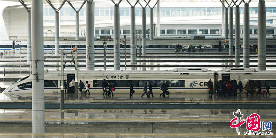 2014年1月15日,浙江省杭州市,旅客在铁路杭州东站的站台上车。 中国网图片库 龙巍摄影