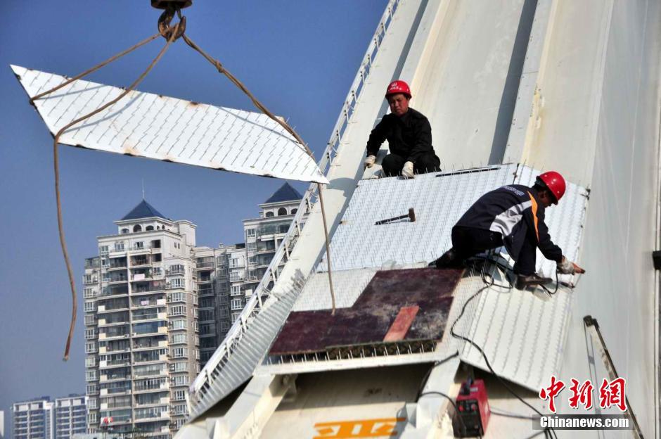 """广西柳州新建大桥焊接""""铁钉阵""""防人攀爬轻生"""