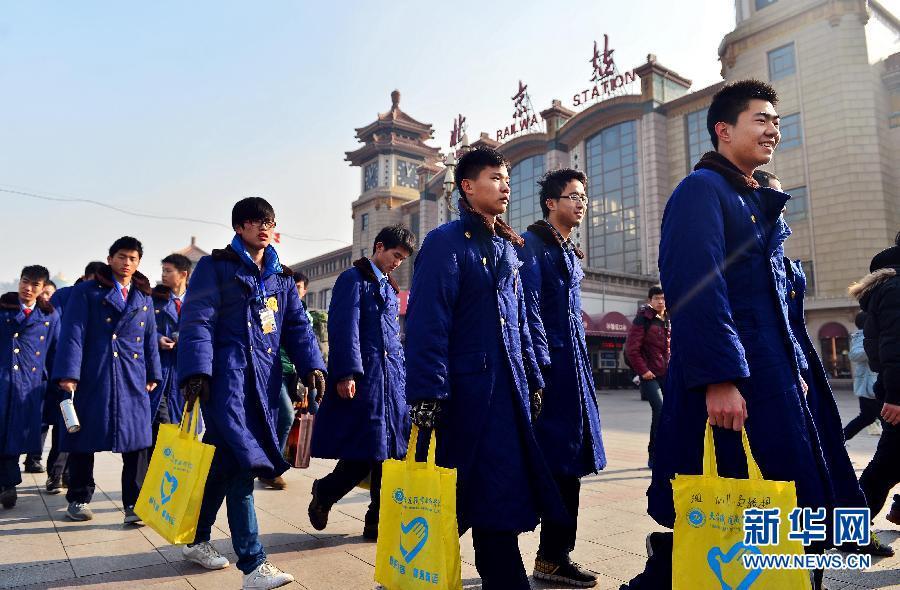 学生志愿者迎接春运考验