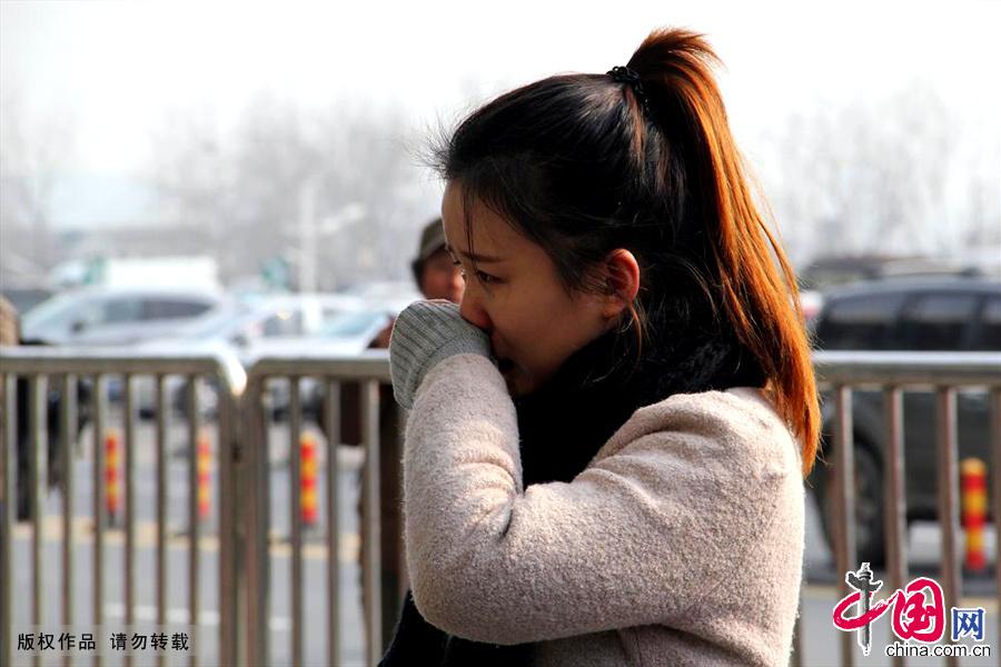 1月16日,在南京火車站,一名女孩在送別男友後掩面而泣。中國網圖片庫 王勝濤/攝