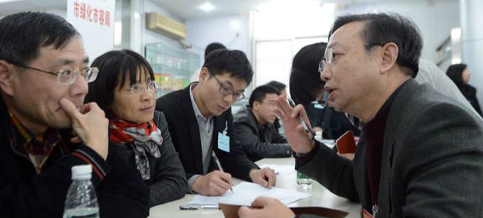 政协上海市十二届二次会议举行现场咨询会