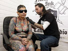 """英国盲女耗时三年如愿穿上""""纹身衣"""""""