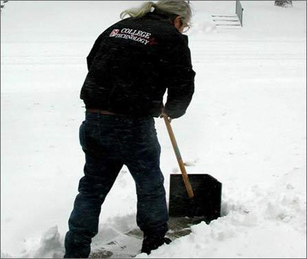 火车大雪封路 父母扫雪30里送行图片