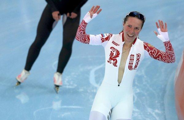 俄罗斯速滑女将获铜牌 冲刺后激情解衣庆祝(组图)