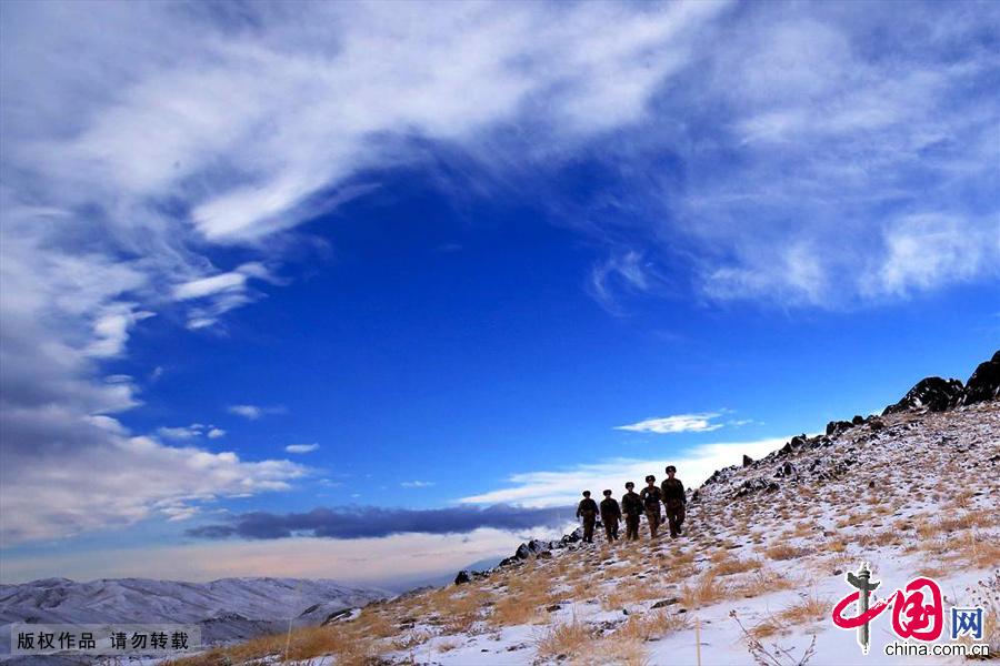 駐守在這裡的戍邊官兵和往常一樣執行每天的巡邏任務,迎著馬年第一縷陽光踏雪巡邏守衛邊關。中國網圖片庫 蔡增樂/攝