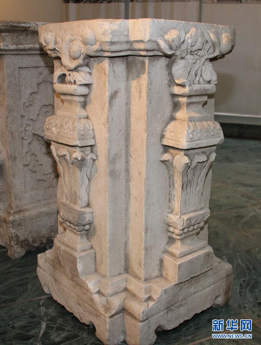 仔细看看,石柱基上的花纹,图案各不相同,很漂亮.(刘敏摄)