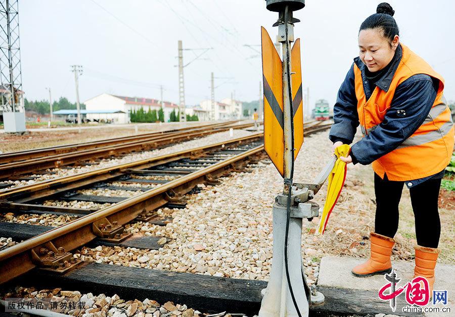 洪玫是江西南昌铁路局鹰潭机务段上饶折返点的一名扳道女工,她正在给火车扳道,这项工作看似简单,但责任重大。 中国网图片库 卓忠伟/摄