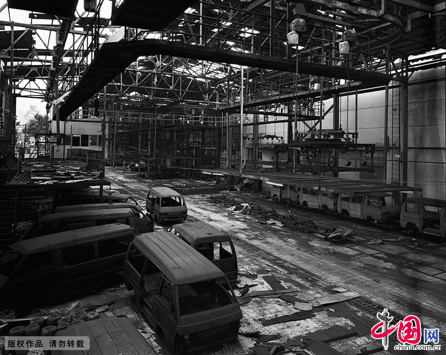 """在粤西重镇湛江,有一家曾被誉为""""粤西骏马""""的汽车公司。盛极一时的该厂占地48万平方米,厂房建筑面积16万平方米,而如今,公司早已停产,繁华不再。 中国网图片库 晨珠/摄"""
