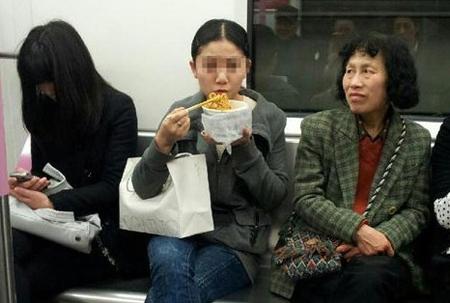 """北京地铁拟出台""""禁食令""""规范不文明行为"""