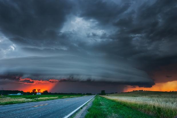美国摄影师15年跋涉3万公里追逐风暴