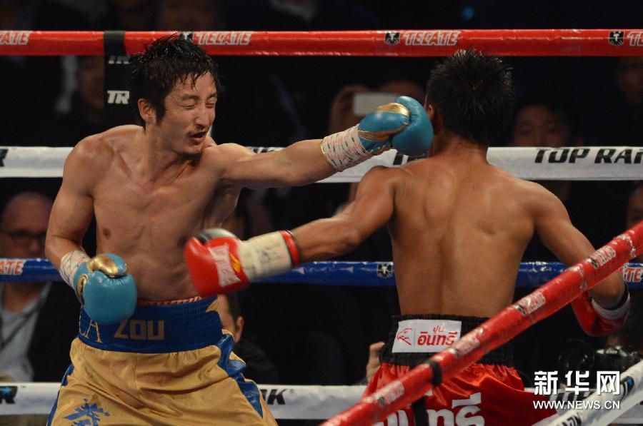 邹市明/2月22日,中国拳手邹市明(左)在比赛中。新华社记者张金加摄