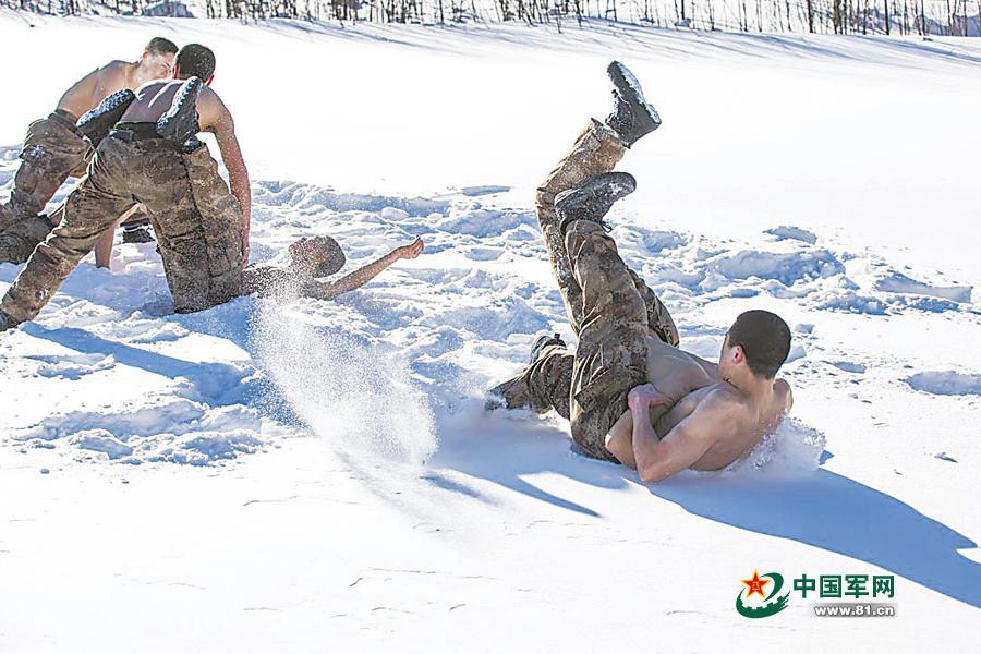 实拍解放军某特种作战团雪野冬训:雪地赤膊格斗