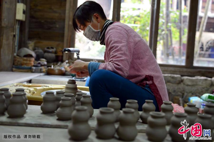 台湾水里蛇窑工人在制作陶器。中国网图片库 彭年/摄