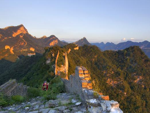 北京 怀柔区/北京晚报讯28日,6名攀爬怀柔区箭扣野长城时被困的游客,经过...