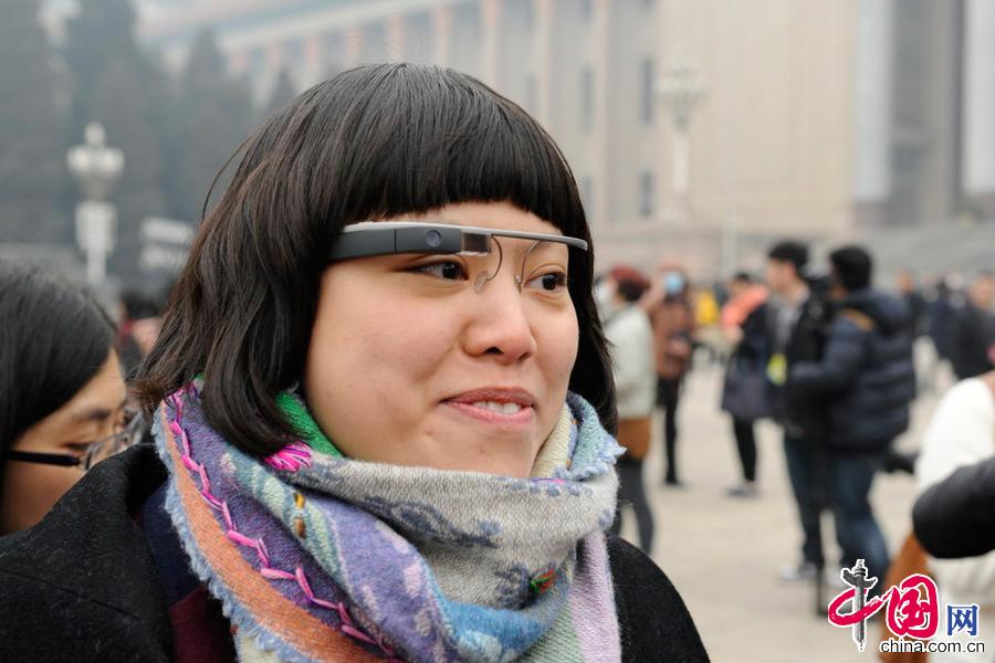 """2014年3月3日,北京,记者佩戴""""采访神器""""谷歌眼镜参加两会。 图片来源:CFP"""