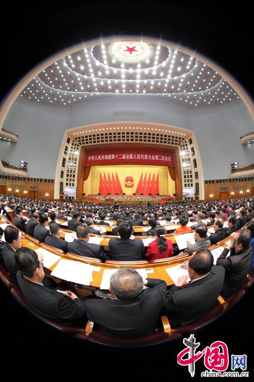 3月5日上午9時,第十二屆全國人民代表大會第二次會議在人民大會堂開幕,大會聽取國務院總理李克強作政府工作報告,審查計劃報告和預算報告。攝影 徐訊/人民畫報