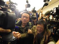 图为乘客家属在北京丽都饭店等待消息