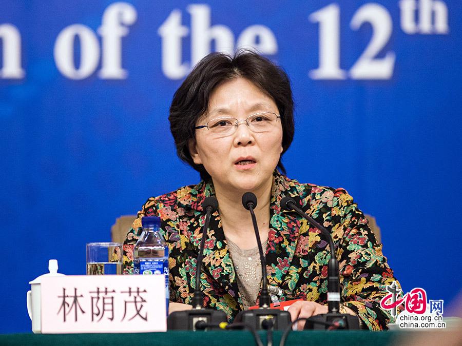 3月12日,上海市人大常委會副秘書長林蔭茂在記者會上介紹性別統計納入統計法的目的。