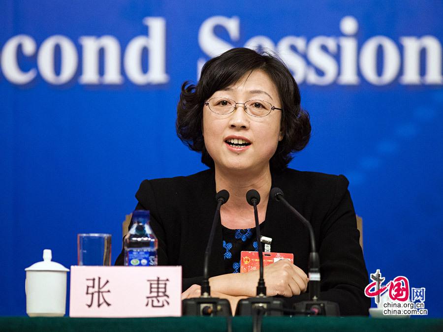 3月12日,威海市委副书记、市长张惠在两会新闻中心回答记者提问。
