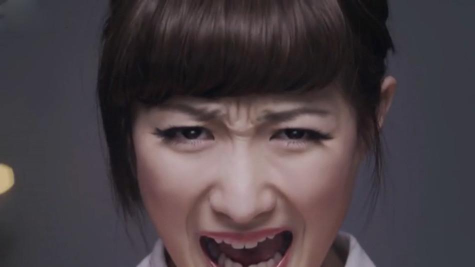 /enpproperty-->  日本22岁的空手道美女武田梨奈穿着复古的粉色洋装、红色高跟鞋,优雅地边走边甩掉项链和耳环,并把头发扎成马尾,突然间她一声怒吼,用头猛砸15张叠在一起的瓦片。