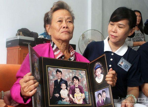 马航/3月10日,一位母亲手持一张自己儿子及其妻儿的合照。儿子和...