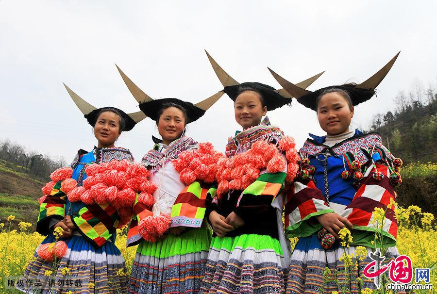 """在第七届""""夜郎竹王节""""现场,一支苗族代表队展示他们独特的服饰和头饰。中国网图片库 卢维/摄"""