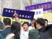马航MH370乘客家属赴使馆抗议:欠一个交代[组图]