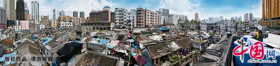 湖贝旧村全景。这个隐藏在繁华闹市区的客家古村临近繁华的深圳东门商业圈,与现代化的高楼大厦仅一墙之隔,但依然固守着客家文化最后的传统。中国网图片库 邓飞/摄
