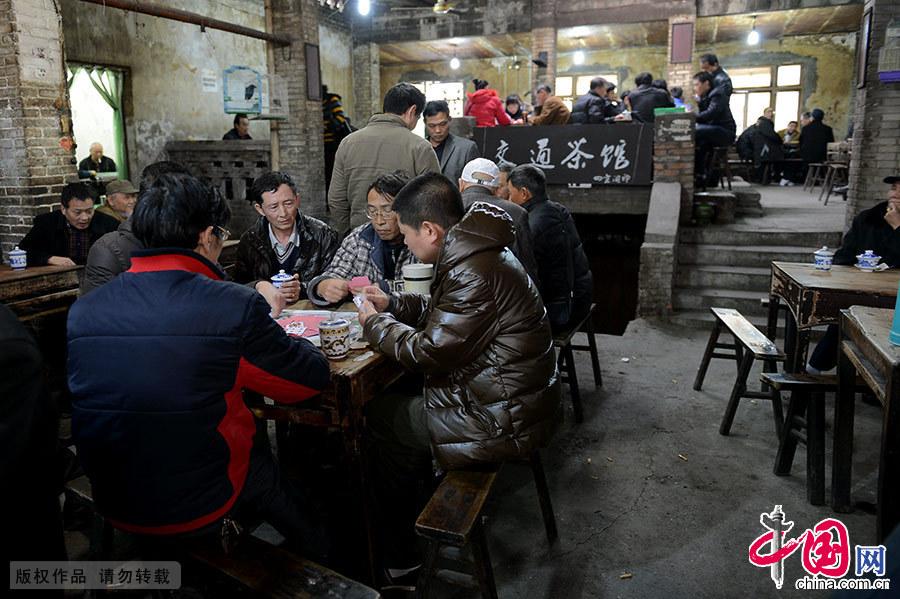 交通茶馆位于重庆市九龙坡黄桷坪正街,是重庆市唯一保持着上世纪七八十年代风格的茶馆。