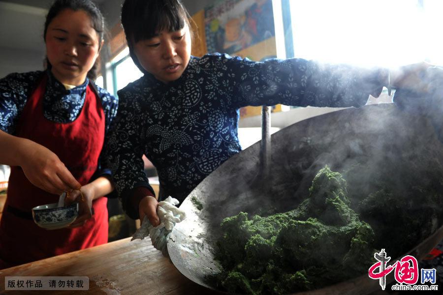 艾清明果是清明节的文化习俗食物,果形状有些像饺子,但味却截然不同。