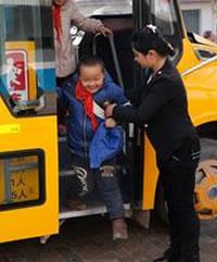 沣东新城首批12辆校车上线运行 千余名小学生受益