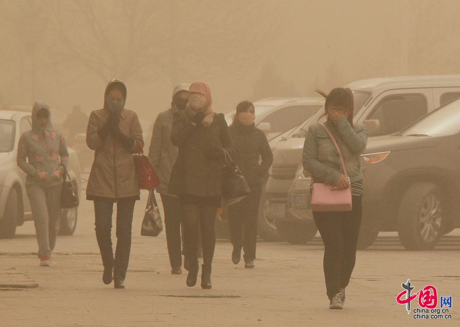 新疆哈密发布沙尘暴橙色预警 各幼儿园学校停课