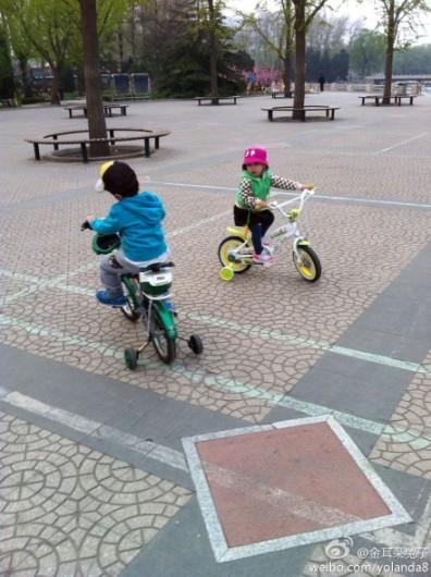 王宝强女儿正面照首曝光 和哥哥骑车玩耍(组图)