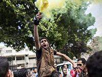 埃及学生要求重审前总统一案 与警察发生冲突[组图]