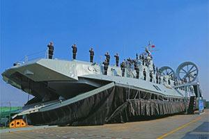 中国首艘野牛气垫船服役画面曝光