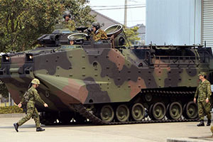 日本购入美AAV7水陆两栖战车 防卫相试乘