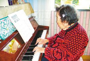张碧兰/琴棋书画样样精通,广州的张碧兰近日迎来自己的百岁大寿。