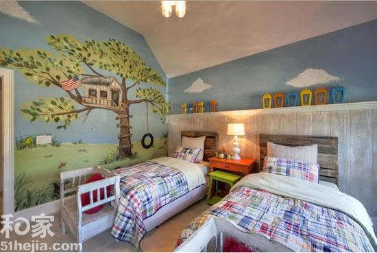 创意叠加 双人儿童房让快乐加倍 小编的话:清新的绿色笼罩着整间儿童房,两张儿童床并排摆放,背景墙上则以海蓝色与天蓝色相间的竖线条组成,上面的海星装饰突出了海洋主题。对于家中房型为比较方正的儿童房来说,这样的双人儿童房装修很值得借鉴哦。