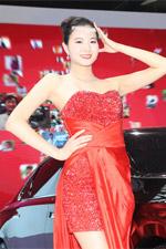 东风汽车展台车模红色礼服性感美艳
