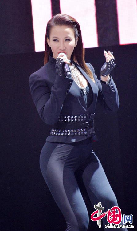 4月20日,李玟在北京国际汽车展览会上激情献唱。 中国网图片库 郝群英摄影