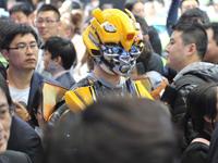 """北京国际汽车展开幕 """"大黄蜂""""现身人海"""